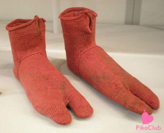 Детский вязаный цветной носочек, найденный в копских могилах (Египет, г.Антиной, 4-5 в.в.н.э.
